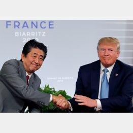 日米貿易交渉が大枠合意しランプ米大統領と握手する安倍首相(C)ロイター
