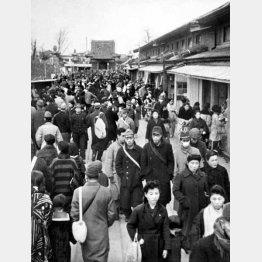戦後(1946年3月)の浅草・仲見世。前年3月の東京大空襲で浅草寺本堂や五重塔などはほとんど焼け落ちたが、仮本堂(奥)が急きょ造られた(C)共同通信社