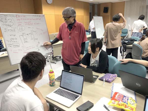 学生にアドバイスする川橋講師(提供写真)