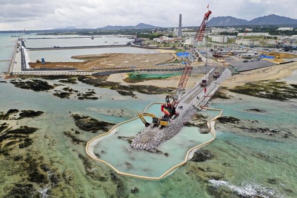 沿岸部の埋め立て工事(C)共同通信社