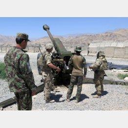 アフガニスタン兵士と作業する駐留米軍(C)ロイター