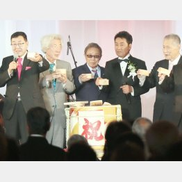 (左から)ニトリHD似鳥昭雄会長、小泉純一郎元首相、北島三郎、五木ひろし、森喜朗元首相(C)日刊ゲンダイ