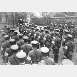 各地から大阪憲兵隊に応援で集まった精鋭300人が集結編成式で訓示を聞く風景(1932年11月6日)/(C)共同通信社