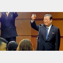 乾杯の挨拶する許宗萬・朝鮮総聯中央常任委員会議長(C)日刊ゲンダイ