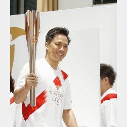 聖火ランナー募集イベントでトーチを持つ野村忠宏(C)共同通信社