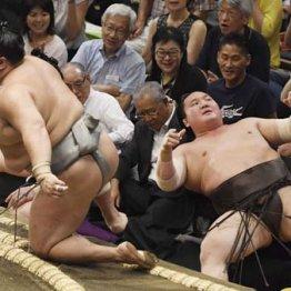 北勝富士(左)に寄り切りで敗れた白鵬