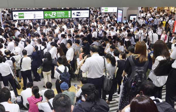 台風15号の影響で首都圏のJR在来線が運転見合わせ、通勤客でごった返す浦和駅(C)共同通信社