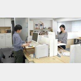 座りすぎを防ぐため、時折立って働くイーオクト社員(提供写真)
