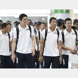 搭乗便が到着せず韓国に延泊することになったU18代表(手前左は佐々木、右は奥川)/(C)共同通信社