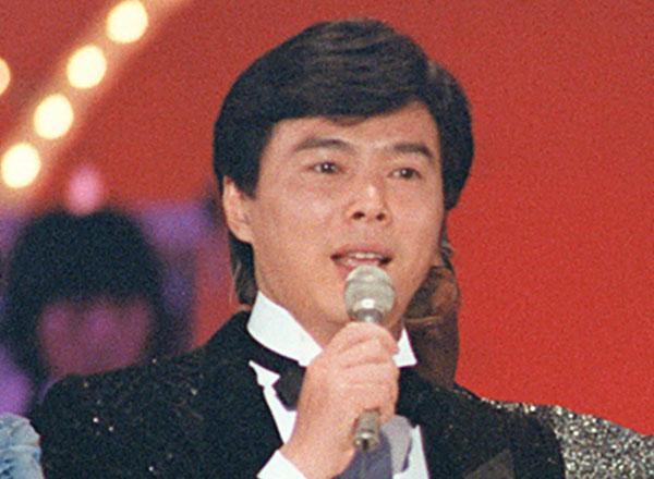 1982年、「年忘れにっぽんの歌」で歌う森進一(C)共同通信社