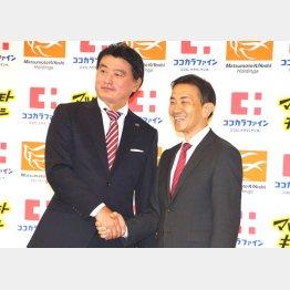 8月22日の共同会見で、握手をするココカラファインの塚本社長(右)とマツモトキヨシの松本社長/(C)日刊ゲンダイ