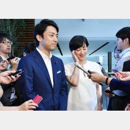 結婚報告会見での小泉進次郎議員と滝川クリステル夫妻(C)共同通信社