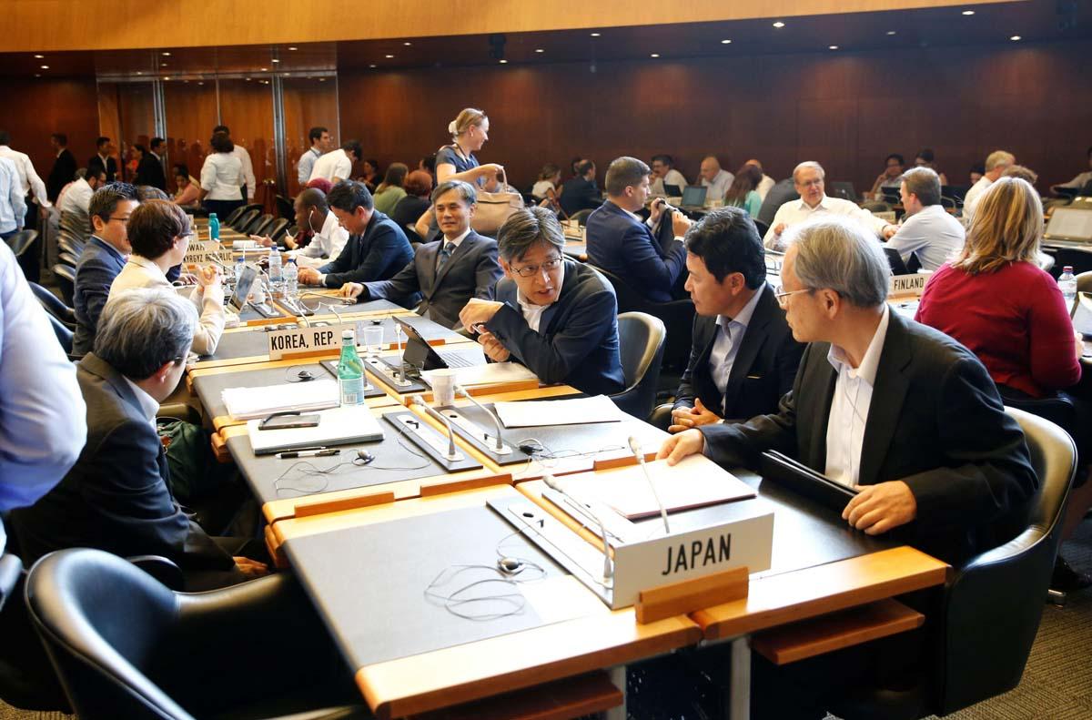 日韓対立に新たな火種(7月、ジュネーブでWTO一般理事会に出席した日韓の代表団)/(C)ロイター=共同