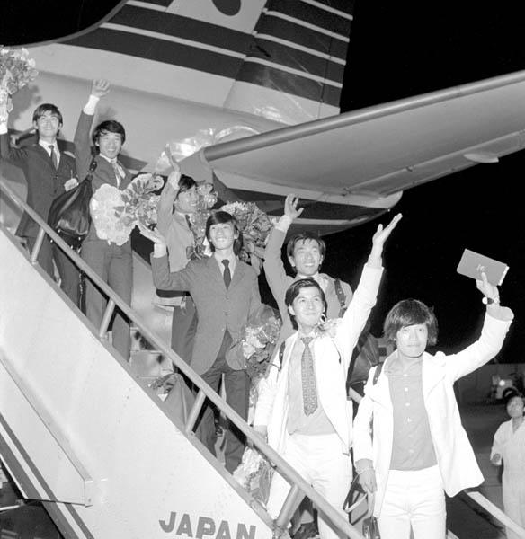 羽田空港を出発するザ・スパイダースのメンバー(1967年)/(C)共同通信社