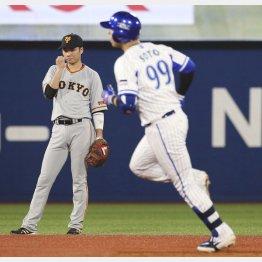 二回にソロで三塁に向かうソトを見つめる坂本(C)共同通信社