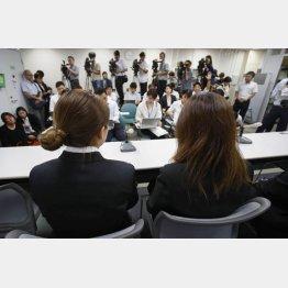 記者会見する高田拓海さんの母親と妹(C)共同通信社