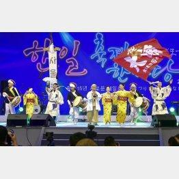 9月1日、「日韓交流おまつり2019 in Seoul」で共に公演する日韓の出演者ら(C)共同通信社