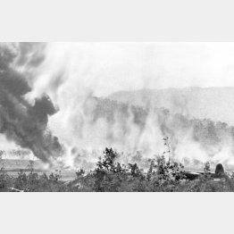 日本軍がニューギニア島ポートモレスビーを奇襲し、米軍機1機が炎上した。右下のB26マローダー爆撃機は難を逃れた(1942年9月)/(C)共同通信社