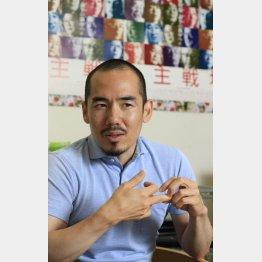 日刊ゲンダイのインタビューで語るミキ・デザキ監督(C)日刊ゲンダイ