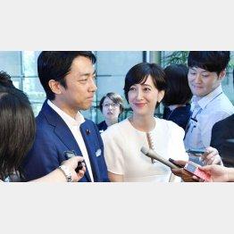 8月に電撃結婚発表をした小泉進次郎環境相と滝川クリステル(C)共同通信社