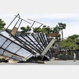 強風で飛ばされた海の家の屋根(神奈川県逗子市)(C)共同通信社