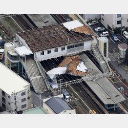 台風15号の影響で、屋根が吹き飛んだJR東千葉駅(C)共同通信社