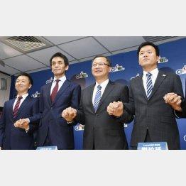 19日、台北市で記者会見し、手をつなぐ楽天の代表者(左側2人)、台湾プロ野球の呉志揚コミッショナー(右2)とラミゴの劉玠延社長(右)(C)共同通信社