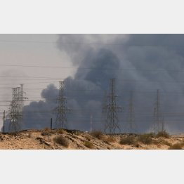 ドローンの攻撃で炎上し、黒煙を上げるサウジ・アラムコの石油施設(サウジアラビア・リヤド郊外)/(C)ロイター