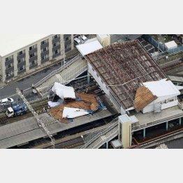 台風15号で屋根が吹き飛んだJR東千葉駅(C)共同通信社