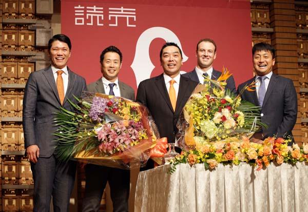 阿部(中央)の引退会見にサプライズで登場した(左から)坂本勇、亀井、マシソン、沢村/(C)日刊ゲンダイ
