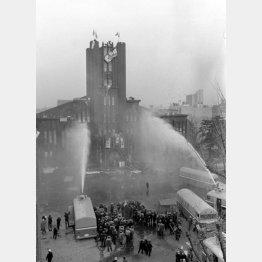 1969年1月、安田講堂の正面に向けて放水する機動隊(C)共同通信社