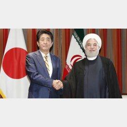 会談前にイランのロウハニ大統領(右)と握手する安倍首相(24日、ニューヨーク)/(C)共同通信社
