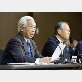 石原経営委員長(左)と上田会長(C)共同通信社
