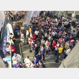 売店に大行列ができた20日の東京スタジアム(C)共同通信社
