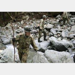 行方不明となっている女児の捜索を続ける自衛隊員(C)共同通信社