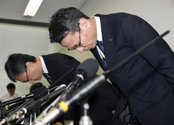 記者会見の冒頭、謝罪する関西電力の岩根茂樹社長(右)ら(C)共同通信社