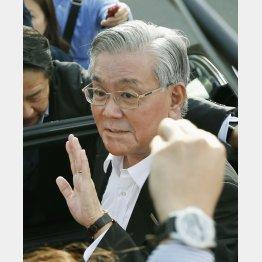 27日、記者の質問に応じる関西電力の八木誠会長(C)共同通信社