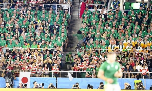 ラグビーW杯1次リーグ・対日本戦の後半、劣勢の展開に重苦しい雰囲気のアイルランドサポーター(C)共同通信社