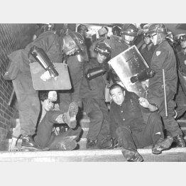 60年代はケンカや暴動はある意味娯楽だった(新宿騒乱事件、騒乱罪が適用され逮捕される人たち、1968年=昭和43年10月)/(C)共同通信社