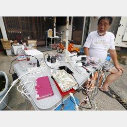 台風15号による影響で停電が続く中、住民がガソリンと発電機を工面し設置した、携帯電話の充電所(C)共同通信社