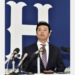 記者会見で退任を表明した広島の緒方監督(C)共同通信社