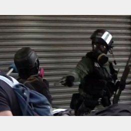 デモ参加者に発砲する警察官(香港大学生会 CampausTVのフェイスブックから)