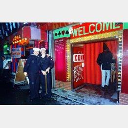 横須賀に入港した米兵たちは歌舞伎町にナンパか密売をしにやってきた…(写真は、その頃の横須賀「どぶ板通り」で遊ぶ米兵たち)/(C)共同通信社