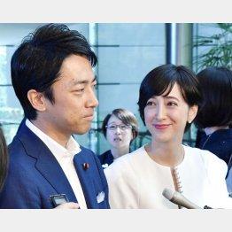 小泉進次郎環境相(左)と滝川クリステル(C)共同通信社