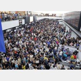 """台風15号の影響で1万4000人が足止めされ、""""陸の孤島""""と化した成田空港(C)共同通信社"""