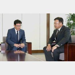 続投が決定した栗山監督(右は畑オーナー)/(C)日刊ゲンダイ