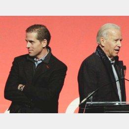 息子のハンター・バイデン(左)とジョー・バイデン前副大統領(C)ロイター