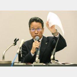 会見で説明する岩根社長(C)日刊ゲンダイ