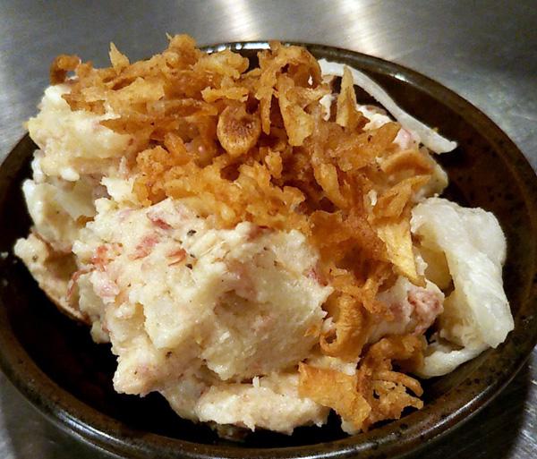 ポテサラの卵は燻製で香りがいい(C)日刊ゲンダイ