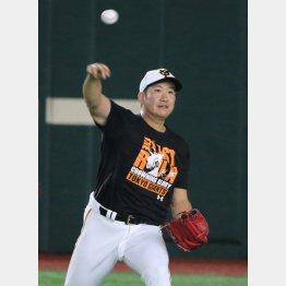 キャッチボールで状態を確認する菅野(C)日刊ゲンダイ